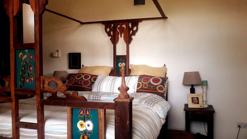 Main Bedroom double Zanizbar bed