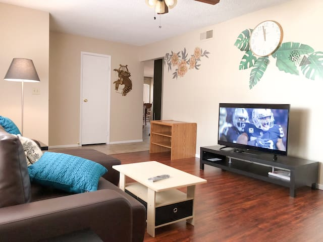 10 mins to Strip! 3BR Sweet single story home