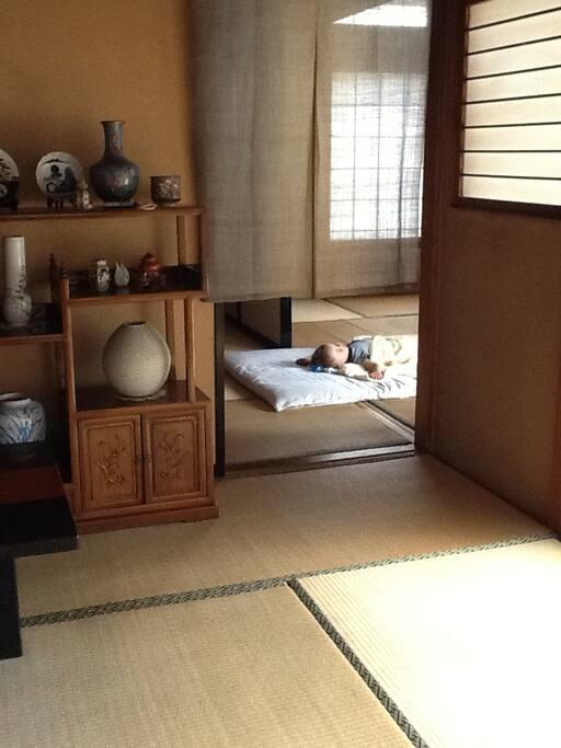 広い畳でお休みください。家に子供は住んでいません、ご心配なく。