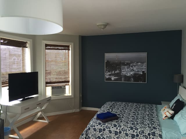 Large sunny room near train NYC