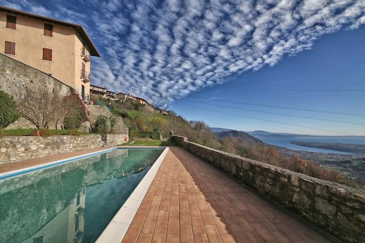 Elegant apartment on the high hills of Lake Garda