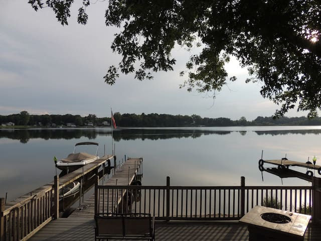 Pleasant Lake getaway-Great for football weekends - Edwardsburg - Casa