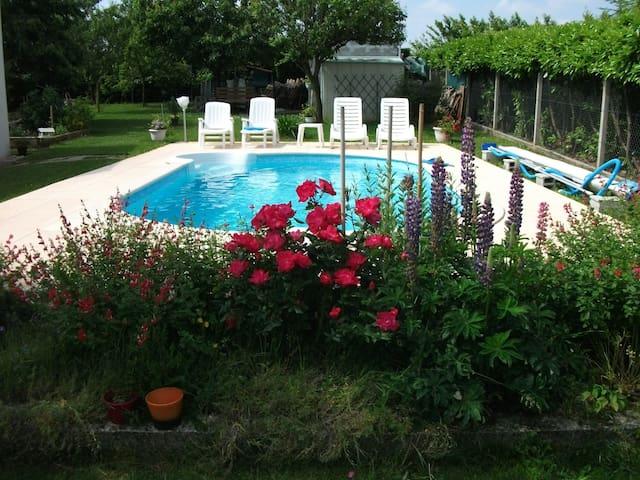 Chambre  privée dans maison avec piscine - Thénac - House