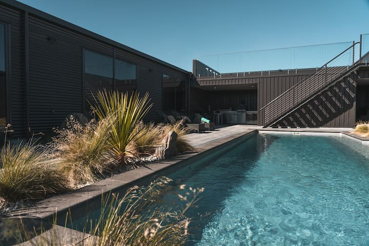 Wanaka Luxury Poolside Sanctuary