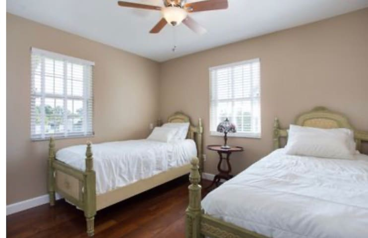 This is the spare bedroom with 2 twin beds
