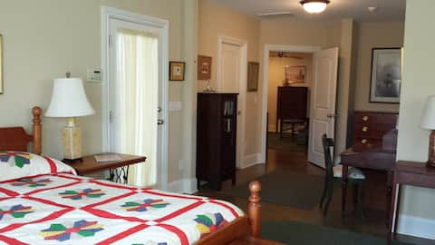 Cozy apt, private & wooded, w/patio