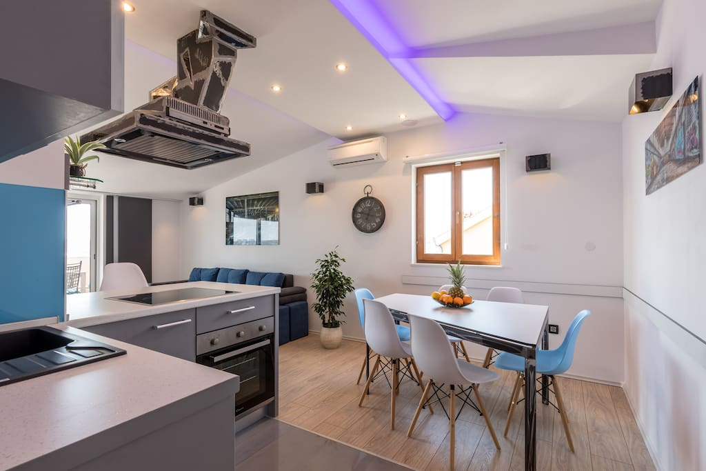 Kuhinja s prostorom za jelo