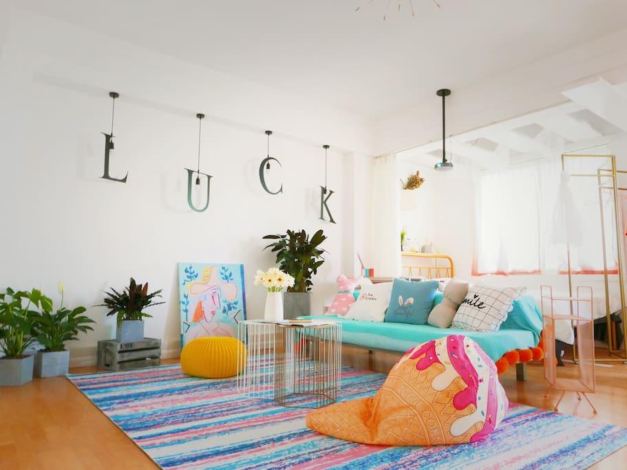 客厅很大,舒服软软大大地毯,随便打滚