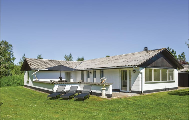 Holiday cottage with 3 bedrooms on 114m² in Strandby