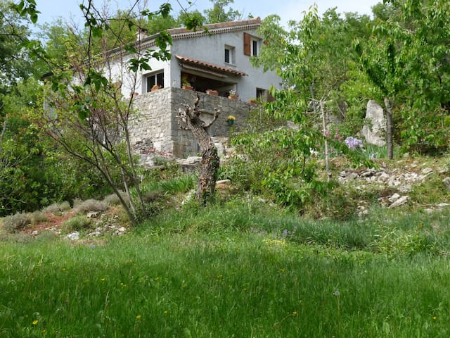 village de caractère, jardin arboré, 5mn  rivière