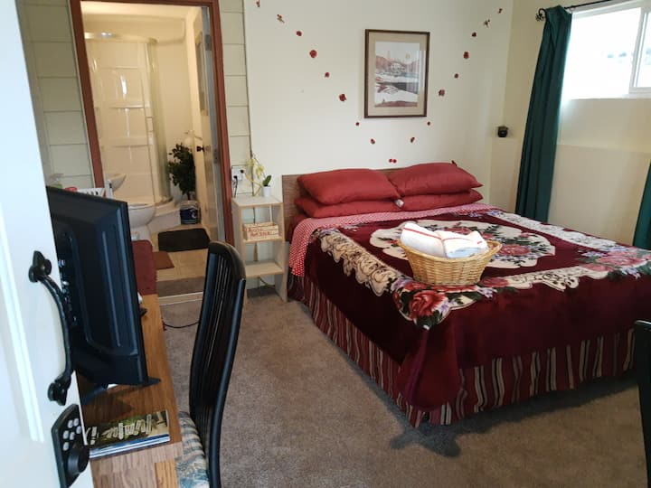 Cozy Private Retreat for 2 ~ Close To Airport