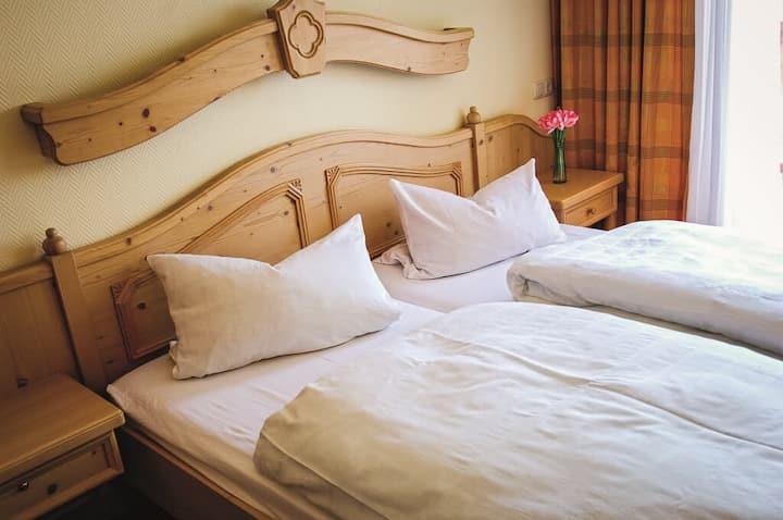 """Hollerhöfe """"Zu Gast im Dorf"""" (Kemnath), Doppelzimmer mit kostenfreiem WLAN in ruhiger Lage"""