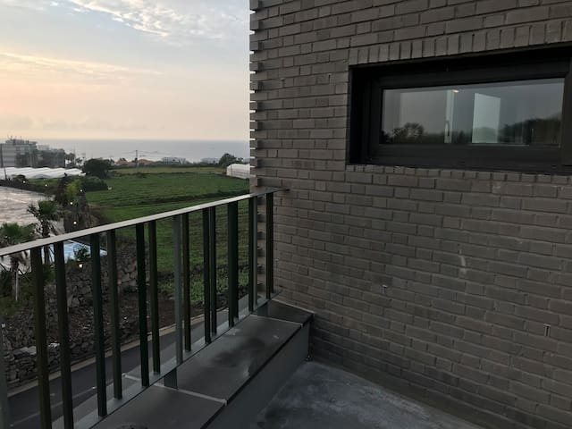 애월해안도로 애월 브릭하우스 3층 16평형 바다뷰 깔끔하고 안락함. 신축풀펜션