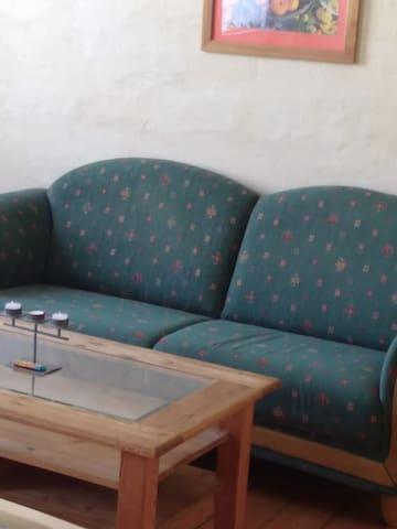 bequemes Sofa mit Tisch