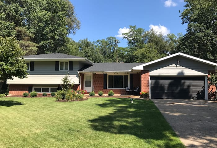 8 ppl: New/Spacious home mins from ND. COMFORTABLE