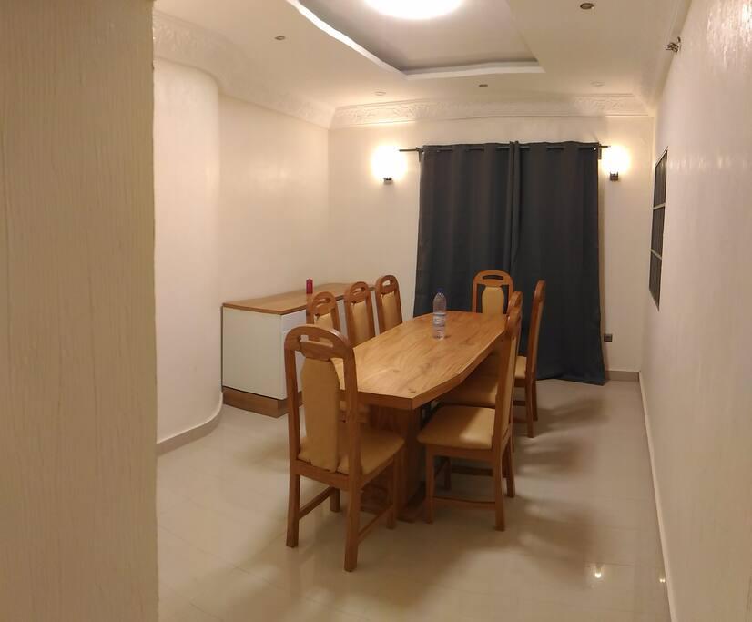 salle a manger avec table et 8 chaises