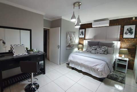 9 km from OR Tambo, 2 Bedrooms, Aircon, WIFI, DSTV