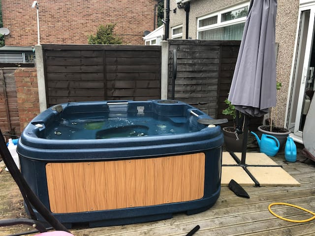 easy access London WiFi tv pool and spa