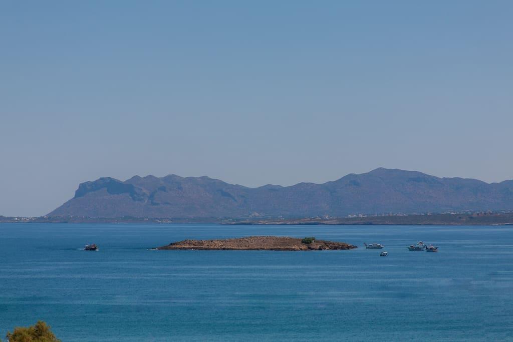 Θέα στο απέραντο γαλάζιο από το μπαλκόνι μας!! - View to the endless blue from our balcony !!