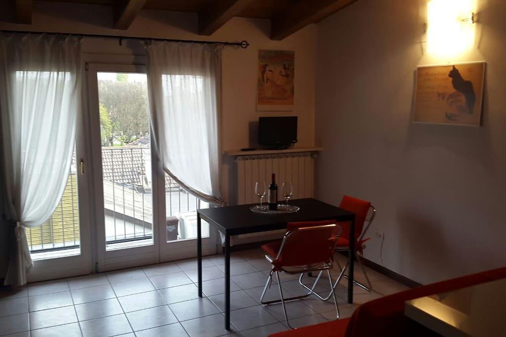 balcone del soggiorno, tavolo pranzo, TV