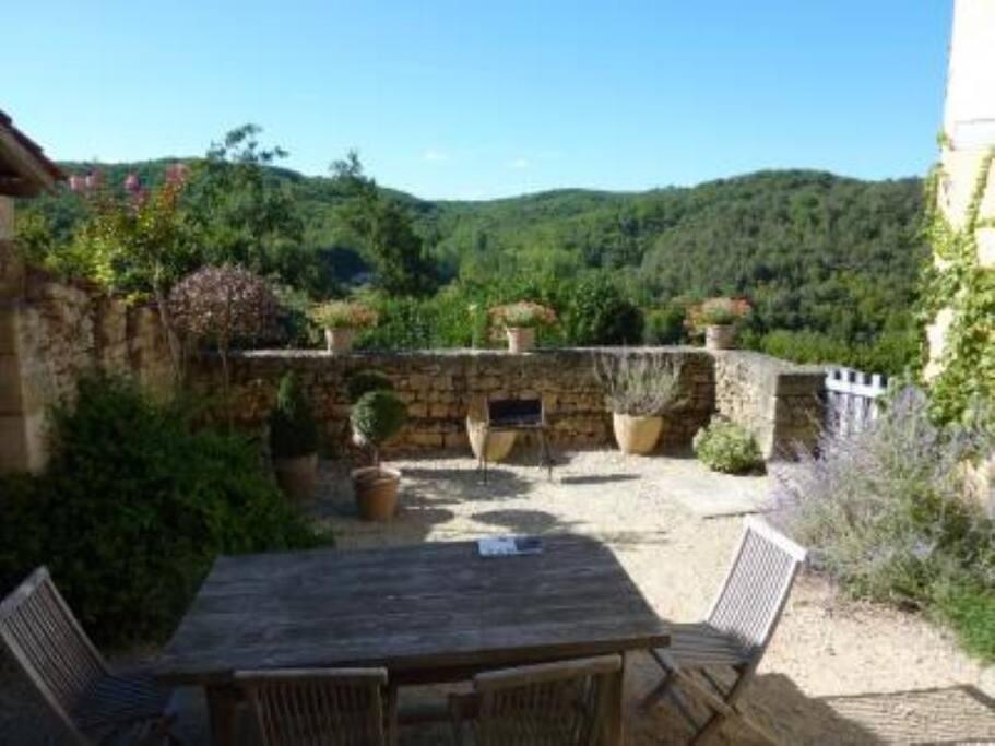 Terrasse avec vue. jardin et pré en contrebas