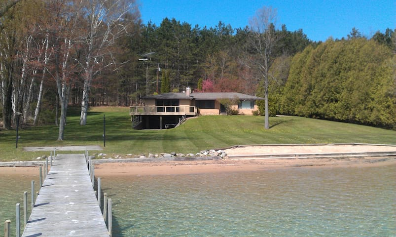 Beautiful Walloon Lake Rental Home (near Petoskey) - Petoskey - Ház