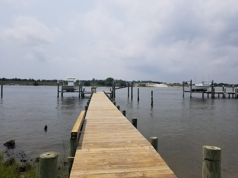 """""""Waterfront"""" Dock, Close to beach and Camp Lejeune"""