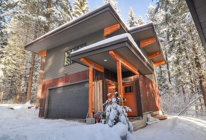The Nest - modern retreat w/ snowshoe trails