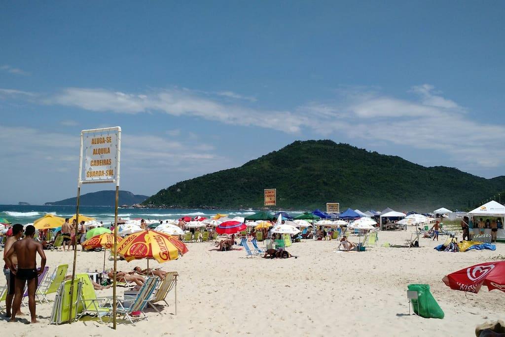 A playa es alguns passo del condomínio, su areia blanca, e su águas límpidas , es o destaque de lá playa .