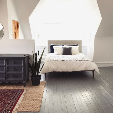 Sunny 2 Bedroom Apartment in Historic Home