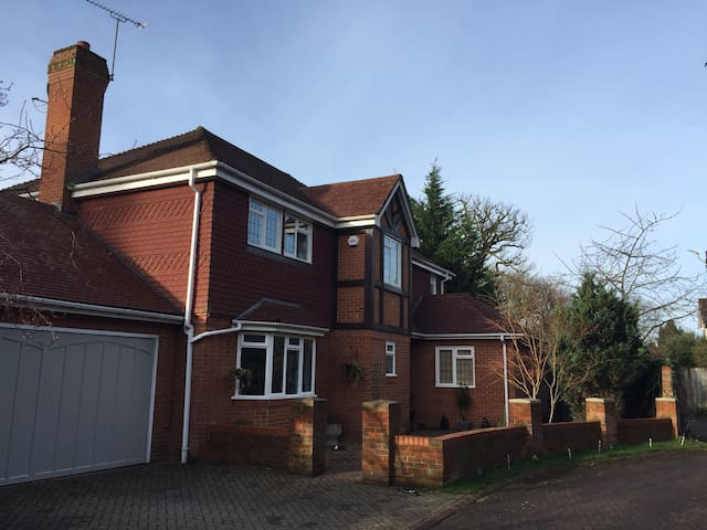 Contemporary, cosy home from home 15 mins from LHR - Farnham Common - House