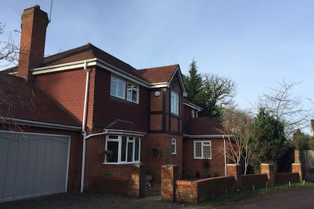 Contemporary, cosy home from home 15 mins from LHR - Farnham Common - Ház
