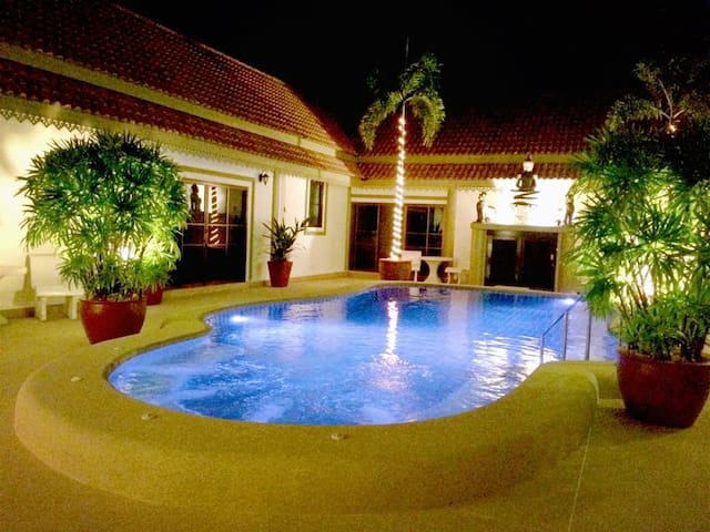 Bang Saray Group Villa Sleeps 20 near water parks - Sattahip - Villa