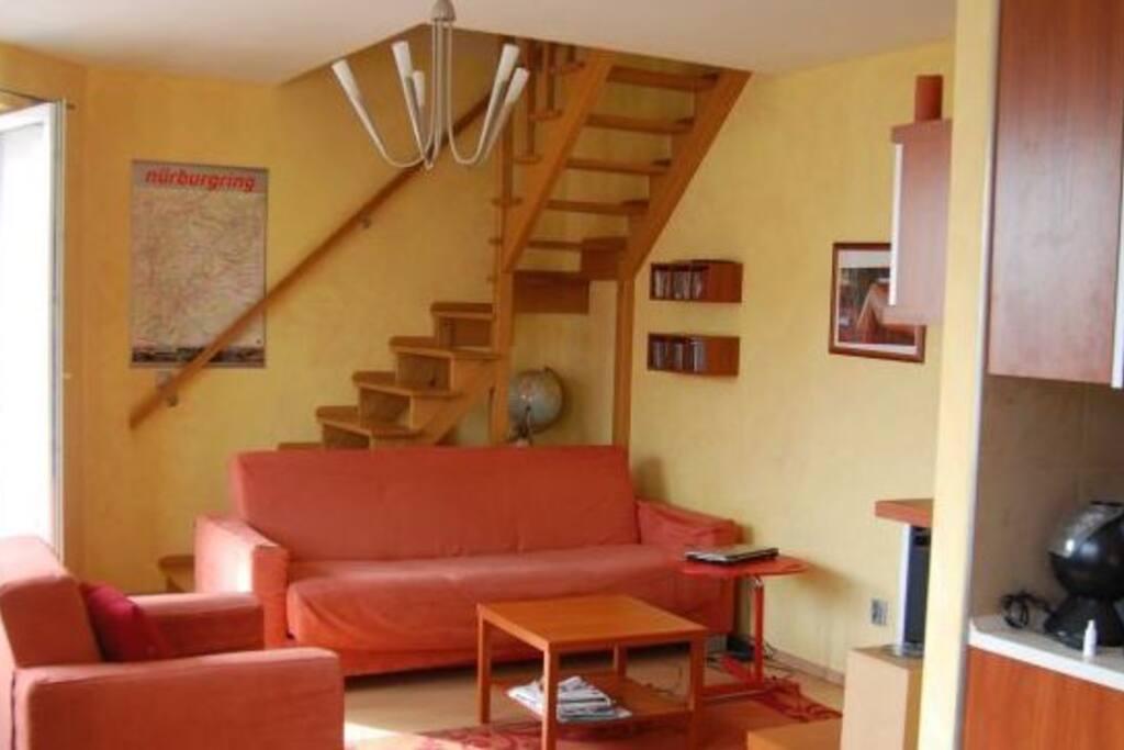 Na pierwszym poziomie mieszkania znajduje się salon, kuchnia, łazienka z kabiną prysznicową, na piętrze dwa pokoje, pralnia, garderoba.