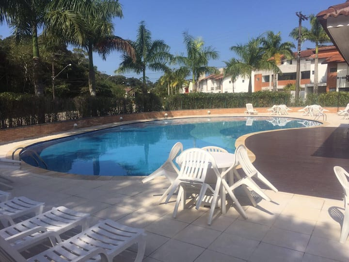 Casa confortável em condomínio com piscina