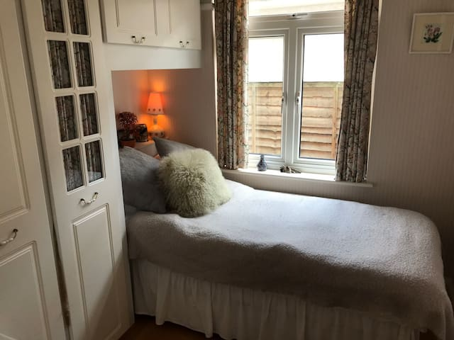 Single bedroom in Isleworth