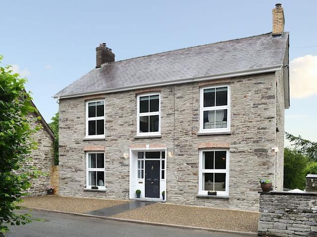 Luxury Pembrokeshire Cottage. Sleeps 10-12.Hot tub