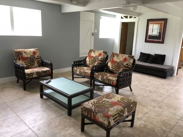 Private 2 bedroom on Main Strip of Honokaa Town.