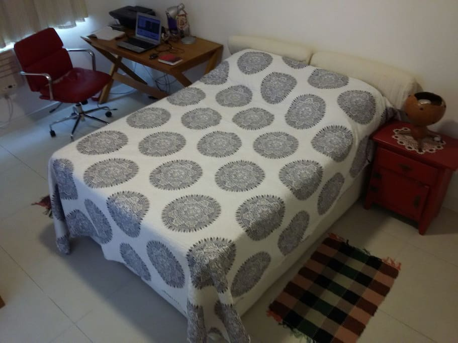 Quarto: cama e mesa para note