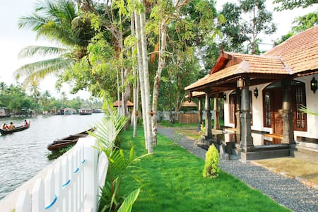 Superior Double bed with Sofa bed Lake view house - Alappuzha