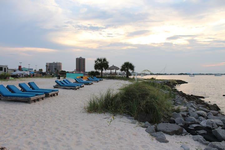 Tiki Hut - Cozy Camper on the beach.