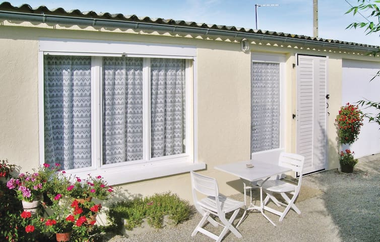 Holiday cottage with 1 room on 25 m² in Quettehou