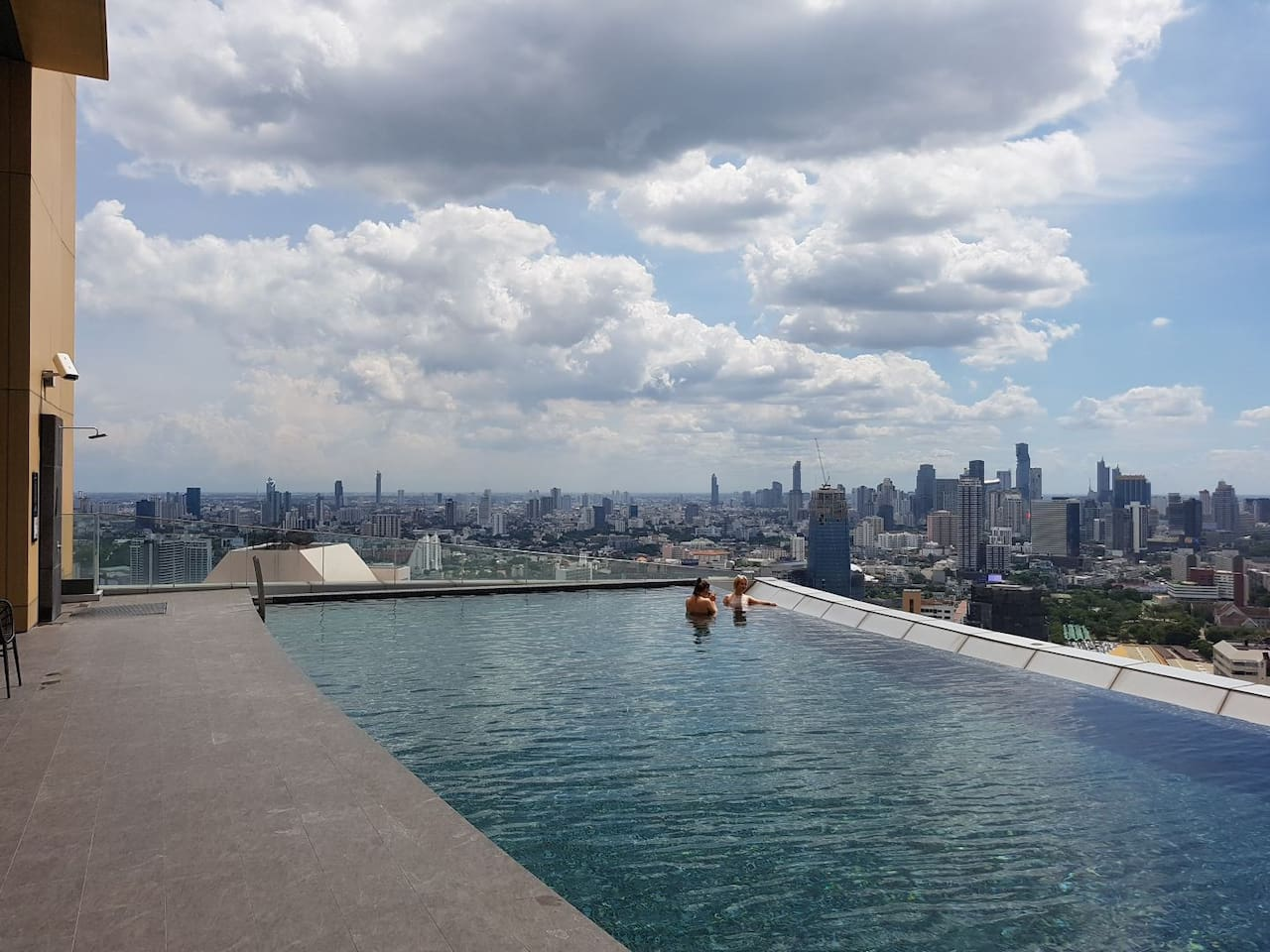 Free Best Infinity pool, sky edge pool, on 41st Floor with the gorgeous Bangkok views. The pool is specially built and designed as its Pool Extends From Edge Of Building. /免费的Best Infinity游泳池,天空边缘游泳池,位于41楼,享有曼谷美景。 游泳池是专门建造和设计的,其泳池延伸至建筑边缘。