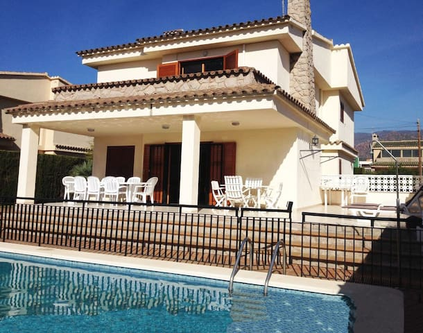 Villa with private pool / 400m from the beach
