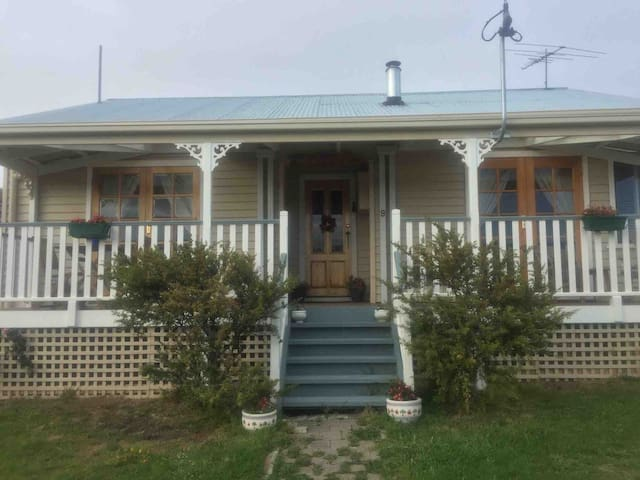 Charming riverfront cottage 2.6klms from Mona