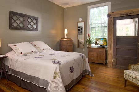 Standard Queen - Asheville - Bed & Breakfast