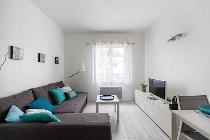 Un coin salon confortable avec grand canapé convertible permettant d'accueillir une famille de 4 personnes