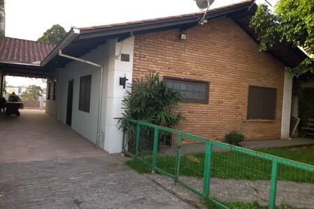 Casa com jardim perto da BR 101