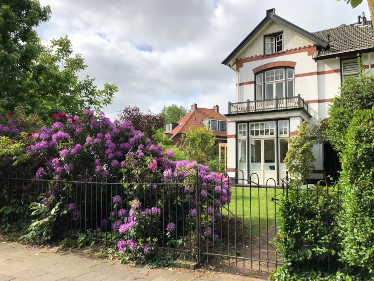 Sunny family home with delicious garden close to Amsterdam for 4-6 people. Recently fully renovated. Within 20 minutes in Amsterdam by train (walking distance) or car.