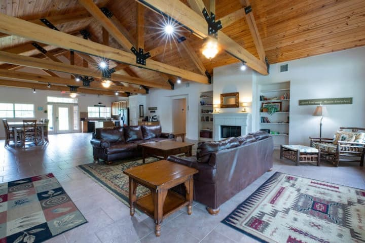 Spacious River Lodge. Vaulted Ceilings | Sleeps 24